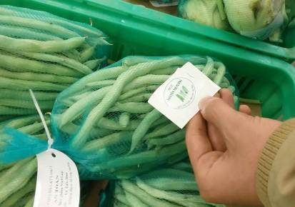 Những mớ rau quả cung cấp bởi cơ sở Nguyễn Thị Tưởng được gắn mác rau an toàn và bày bán tại siêu thị Metro (Hà Nội)